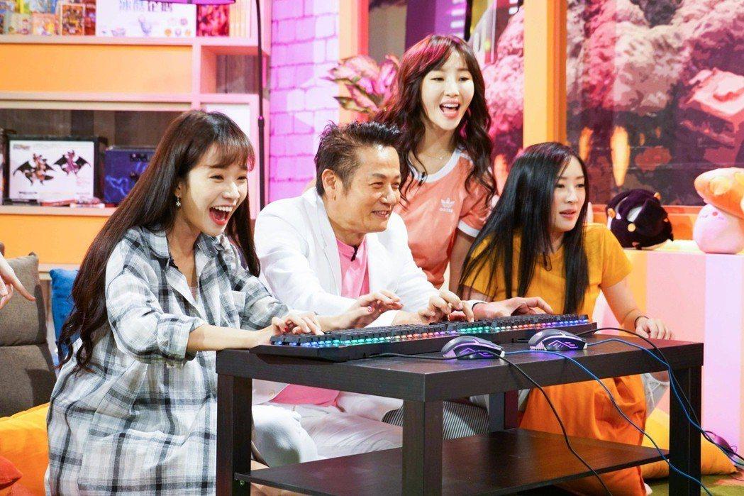 徐乃麟首次打電競遊戲,興致勃勃,Kittie(左起)、瑀希、大魚也充滿期待。