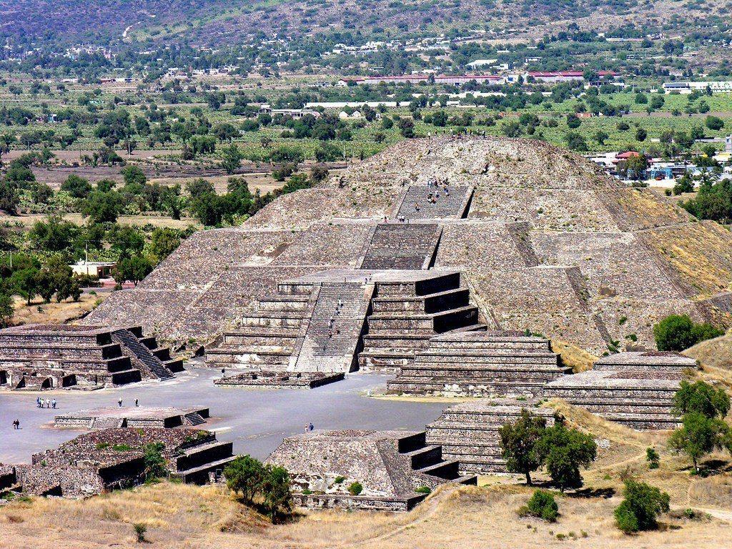 特奧蒂瓦坎遺址中有太陽金字塔與月亮金字塔,圖中的月亮金字塔為墨西哥第二大金字塔。...