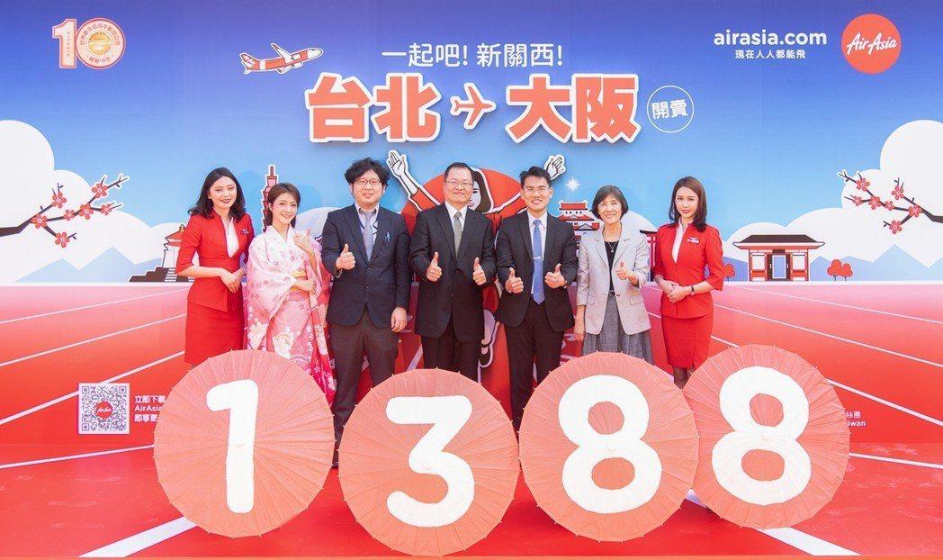 AirAsia高階主管為日本新航線首賣活動站台。 AirAsia/提供
