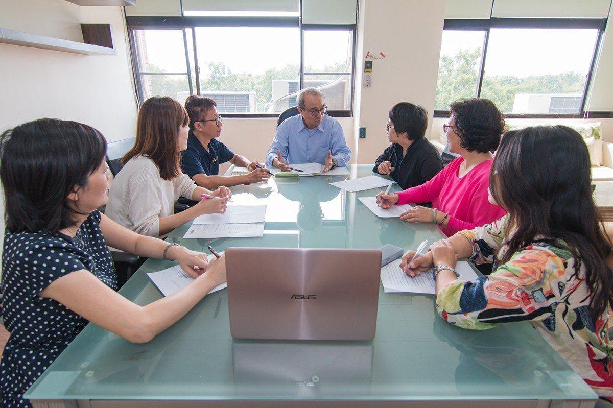 中正企管專班師生比例低,師生互動與觀念交流頻繁,對於學員的思考與決策訓練助益甚大...