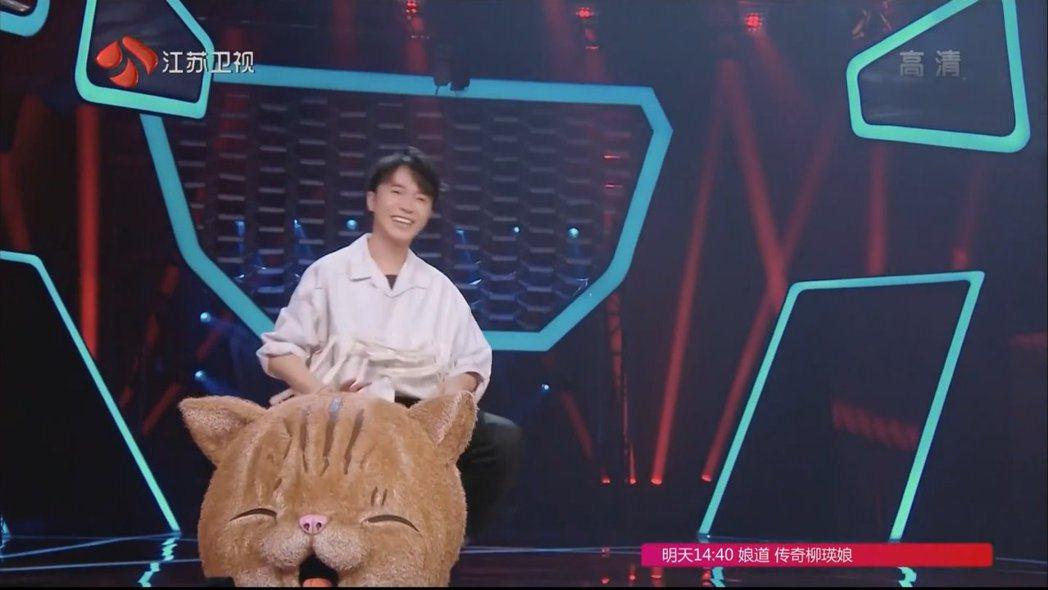 吳青峰扮成貓咪在《蒙面唱將猜猜猜》登場。 圖/擷自Youtube