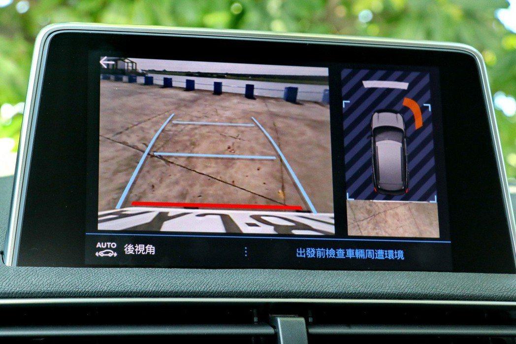除了配備倒車顯影外,前後都配有四點式駐車雷達。 記者陳威任/攝影