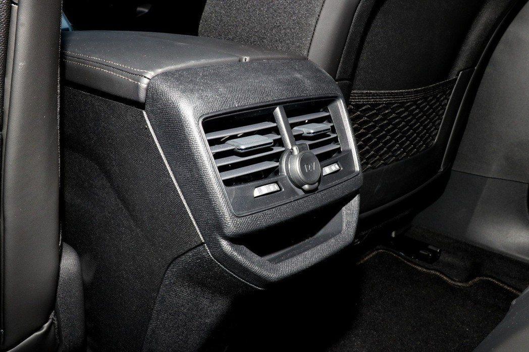 後座除了有冷氣出風口,也提供有一個12V電源插座。 記者陳威任/攝影