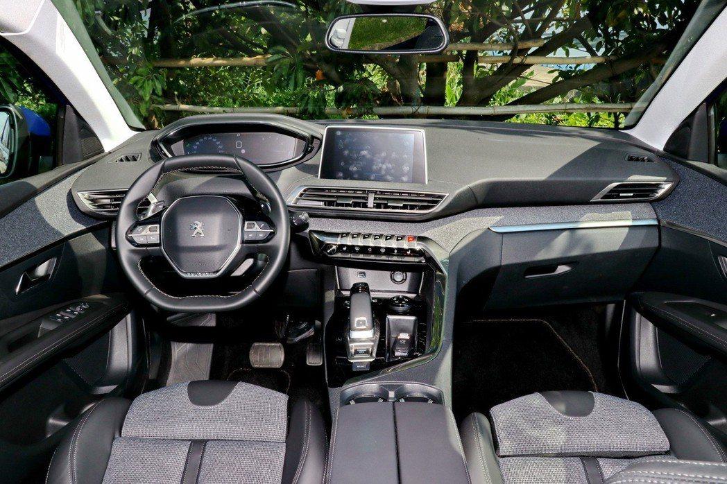 內裝以駕駛人導向,搭配非對稱式的中控檯總成。 記者陳威任/攝影