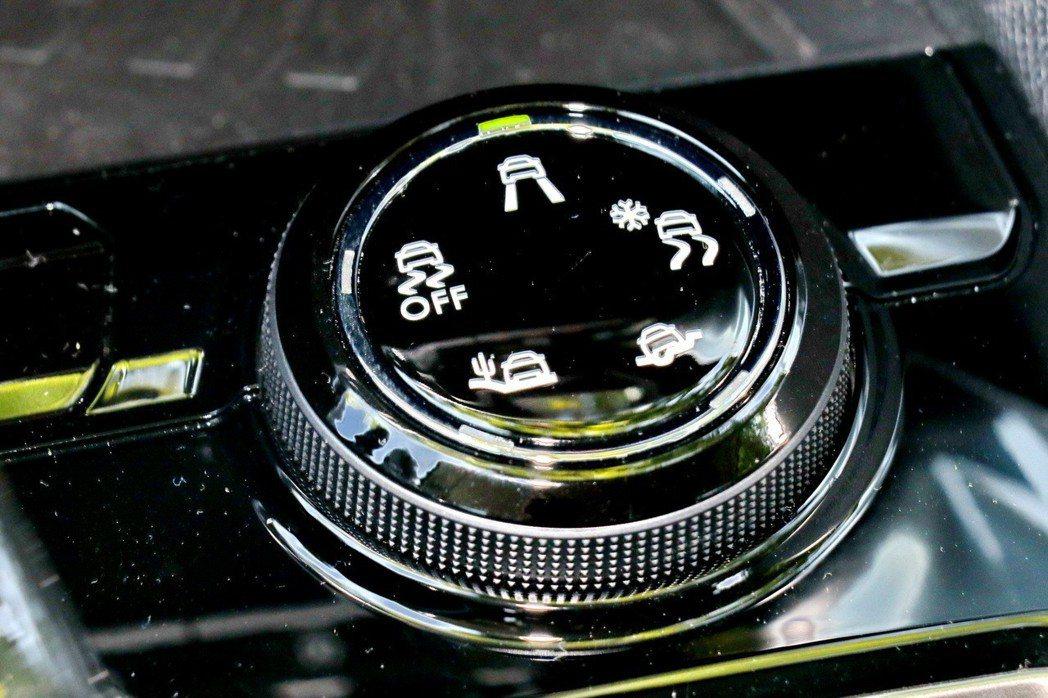 Grip Control車型專屬的抓地力控制系統旋鈕。 記者陳威任/攝影