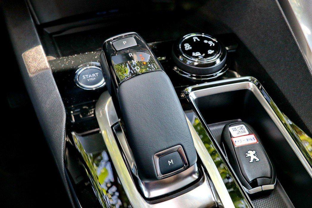 搭配EAT6多模式6速手自排變速系統。 記者陳威任/攝影