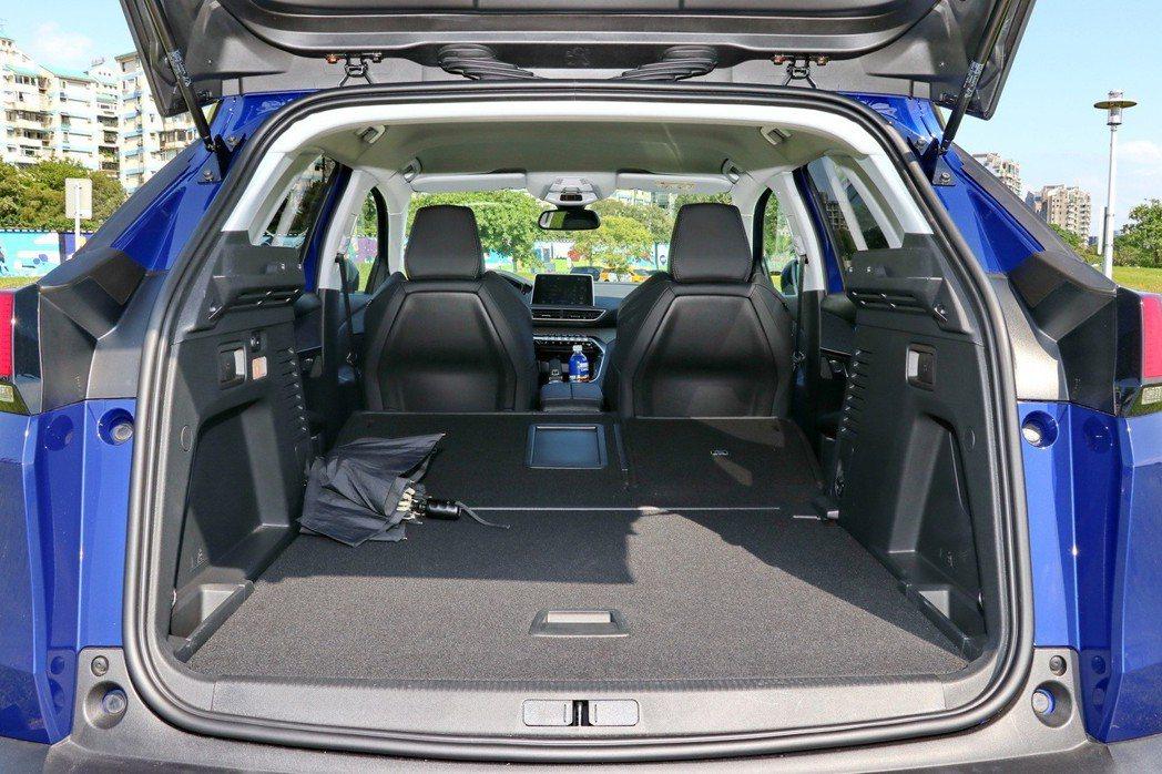 透過後座椅背傾倒功能可以將載物機能大幅提升至1,482公升。 記者陳威任/攝影