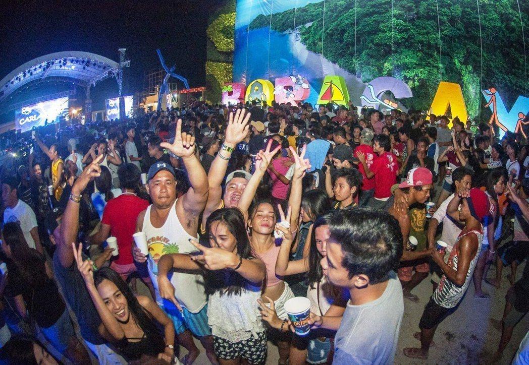 菲律賓政府訂出許多新措施,包括:長灘島沙灘上不得飲食、亂丟垃圾、辦派對、表演火舞...