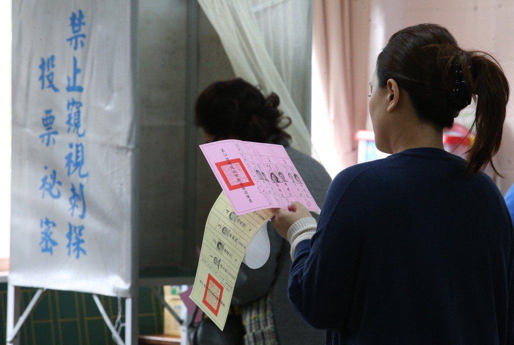 由於選舉人名冊是依照戶籍所編纂,在人民居住地非為戶籍地時,就會喪失對居住地選舉的...