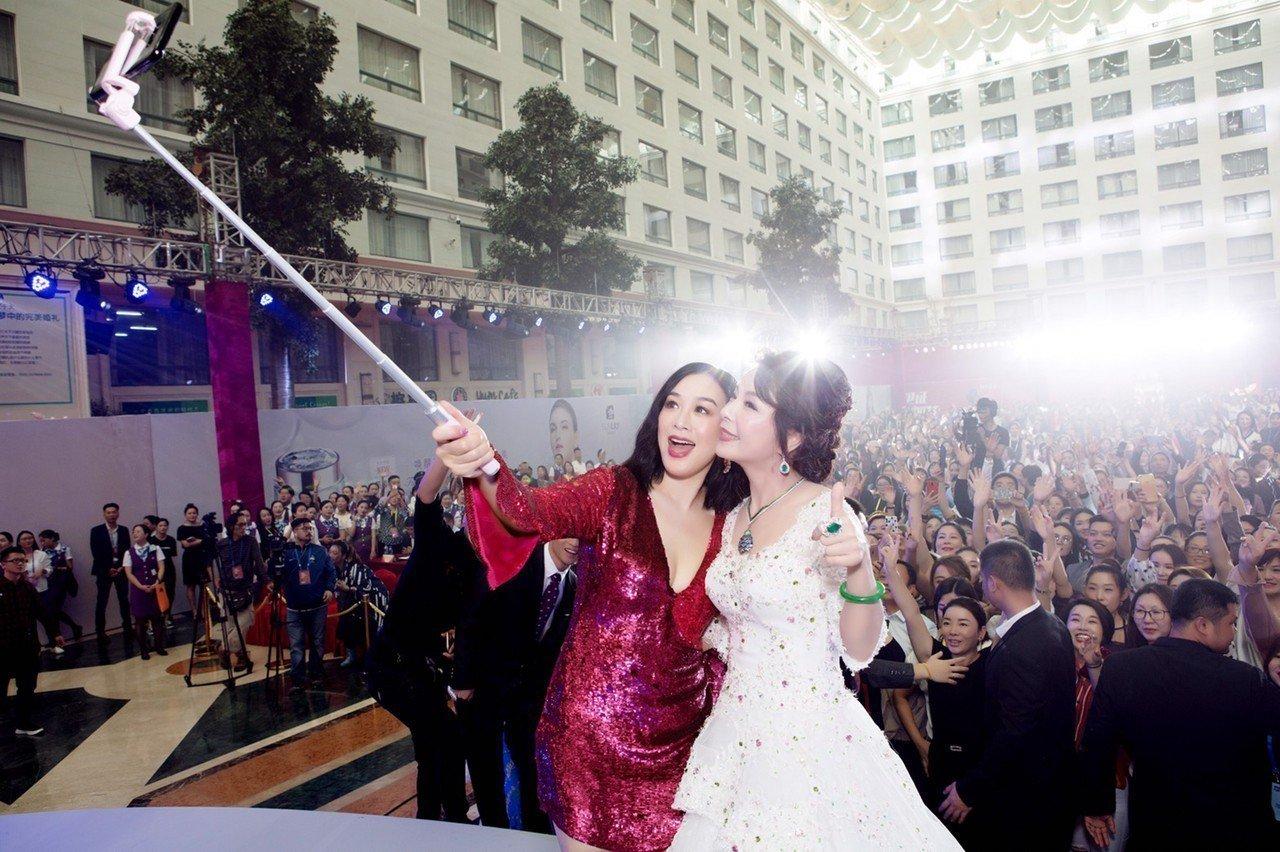 羅麗芬(右)與女星鍾麗緹(左)簽訂羅麗芬集團未來兩年代言合約。 圖/萊阜行銷提供