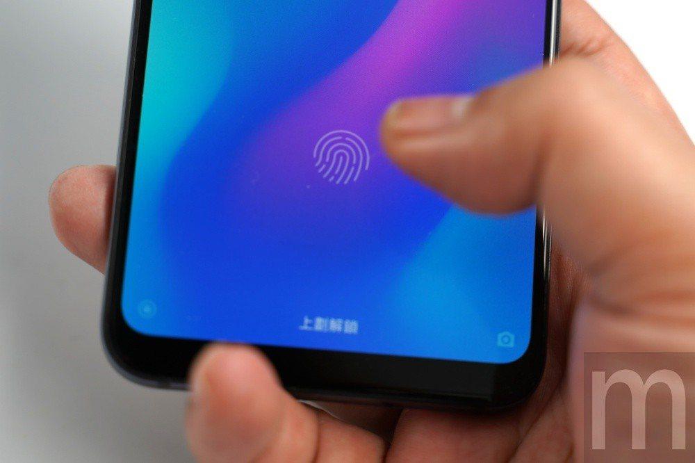 採取與小米8透明探索版相同的光感式螢幕下指紋辨識功能