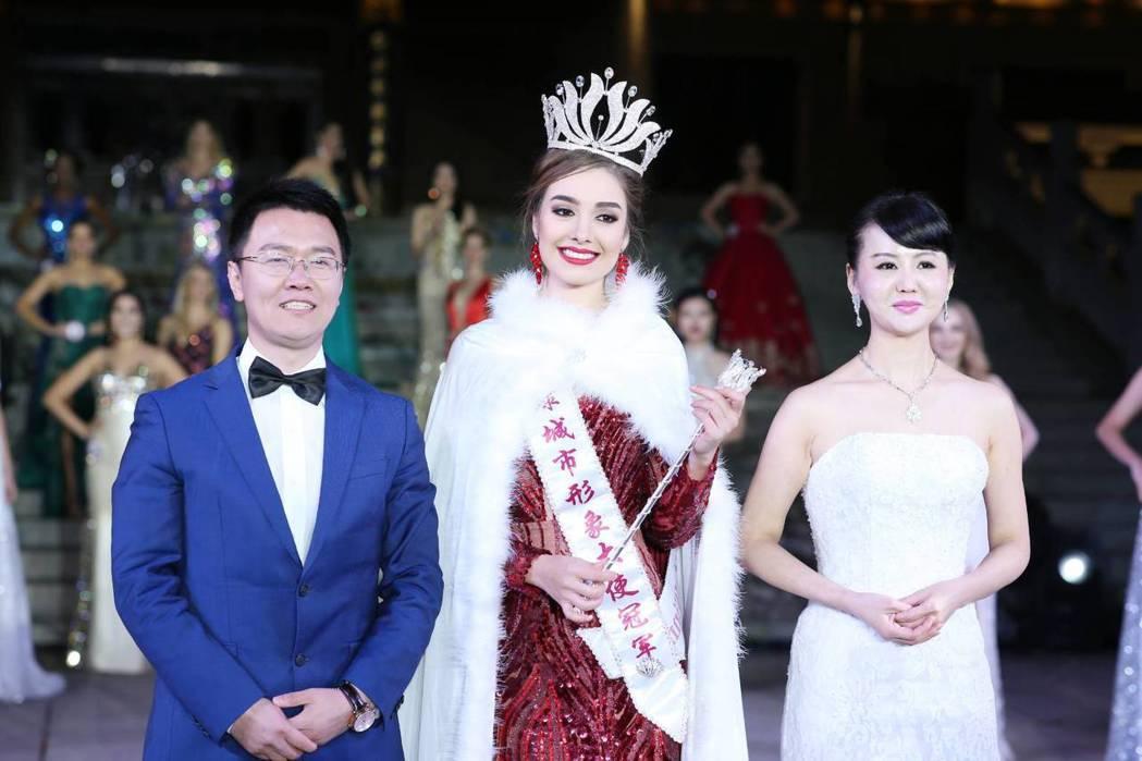 張如君與冠軍墨西哥小姐合照,左為劉曉毅董事長。圖/全球城市小姐選拔大會提供