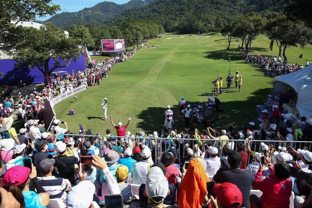 裙襬搖搖LPGA台灣賽最後一天有大批人潮。裙襬搖搖LPGA台灣賽/提供