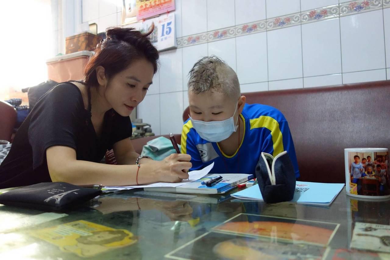 洪坤樺(右)是個懂事的孩子,學習不因生病而中斷。圖/高雄慈濟提供
