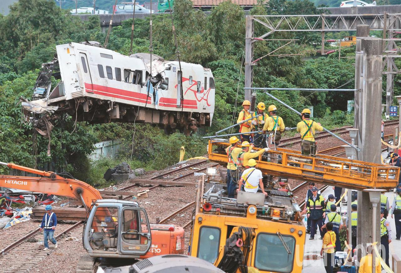 台鐵普悠瑪21日在宜蘭蘇澳新馬車站發生翻覆意外,台鐵人員趕工修復月台與鐵軌,並將...