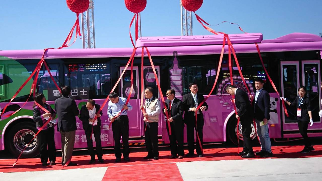 欣欣客運此批電動巴士是採購華德動能國內自主開發設計製造之全新電動巴士,今天交車。...
