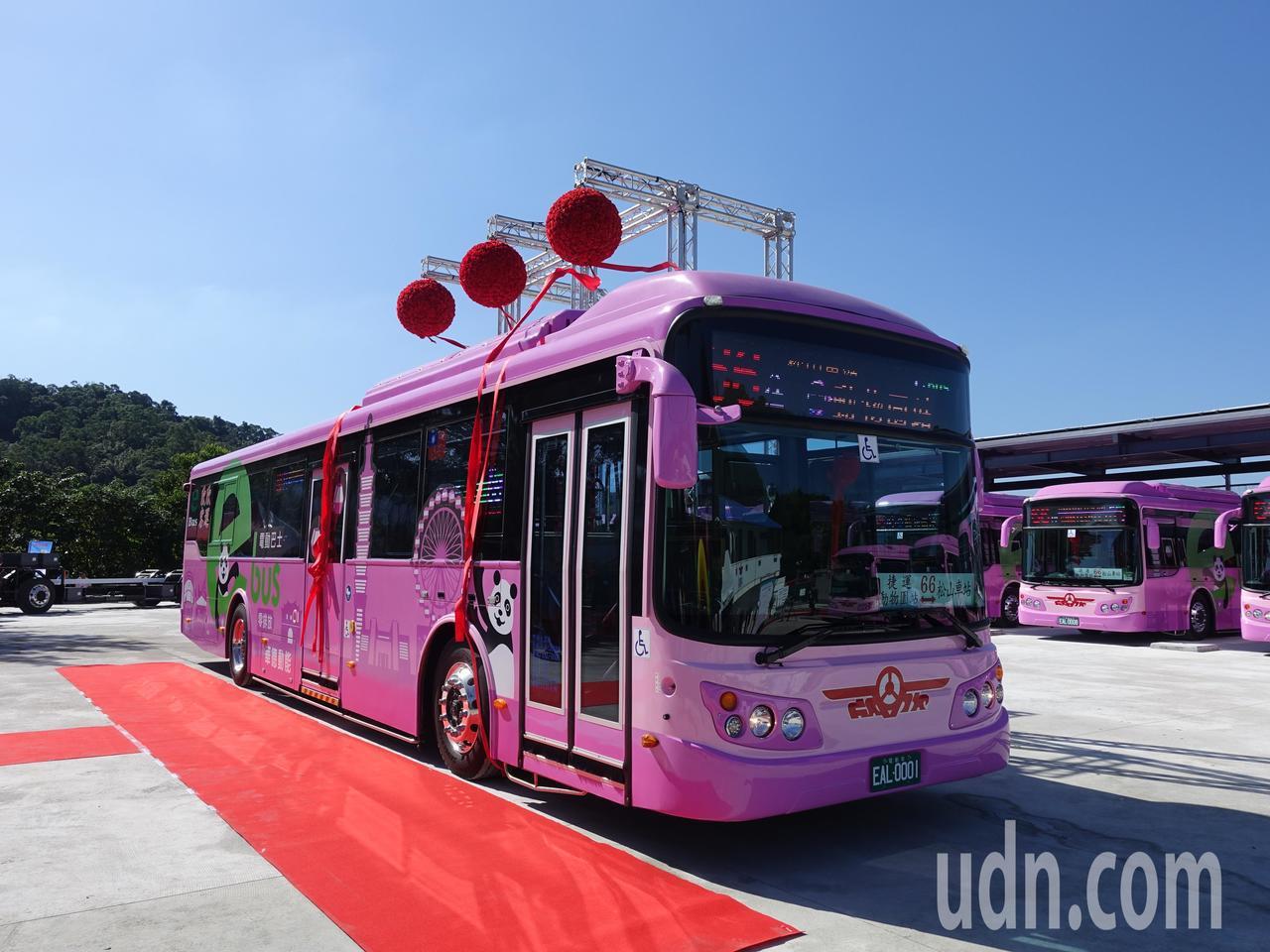 台北市首批12輛「66」電動公車今天正式上路營運,由欣欣客運負責營運,公車路線從...