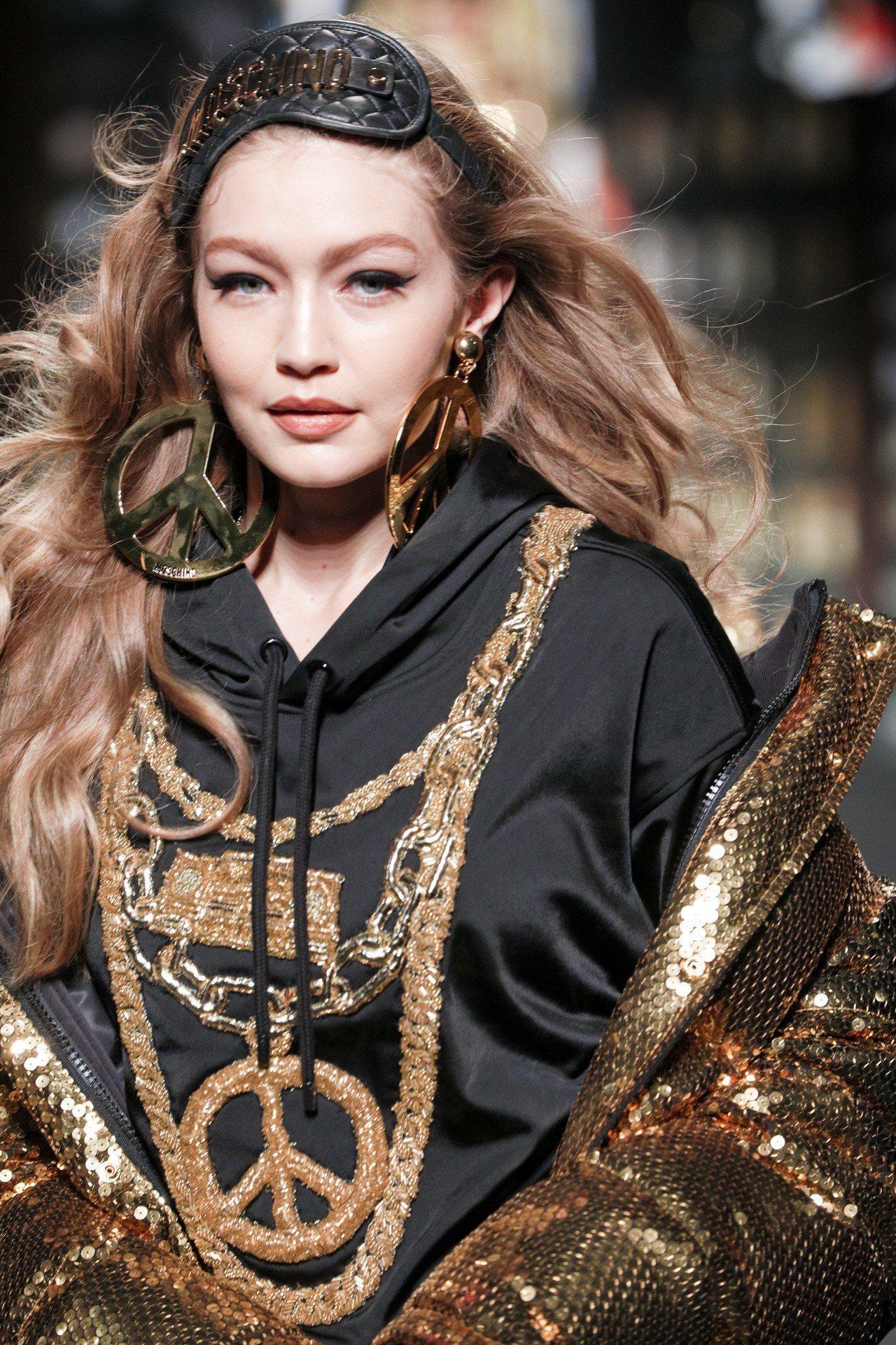 超模Gigi Hadid演繹Moschino [tv] H&M系列。圖/H&M提...