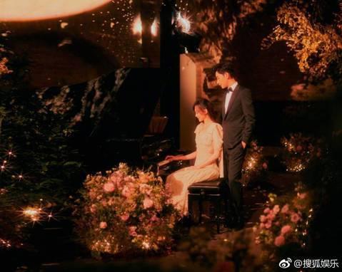 因出演電視劇「仙劍奇俠傳三」成名的唐嫣曾是邱澤的舊愛,她與羅晉交往2年,28日早上9點9分公布結婚喜訊。他們於台灣時間凌晨0點29分在奧匈帝國的皇宮,也是奧地利知名景點「美泉宮」舉辦婚禮,從照片可見...