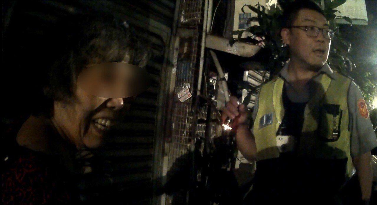 台中警方送失智阿嬤回到家。記者游振昇/翻攝
