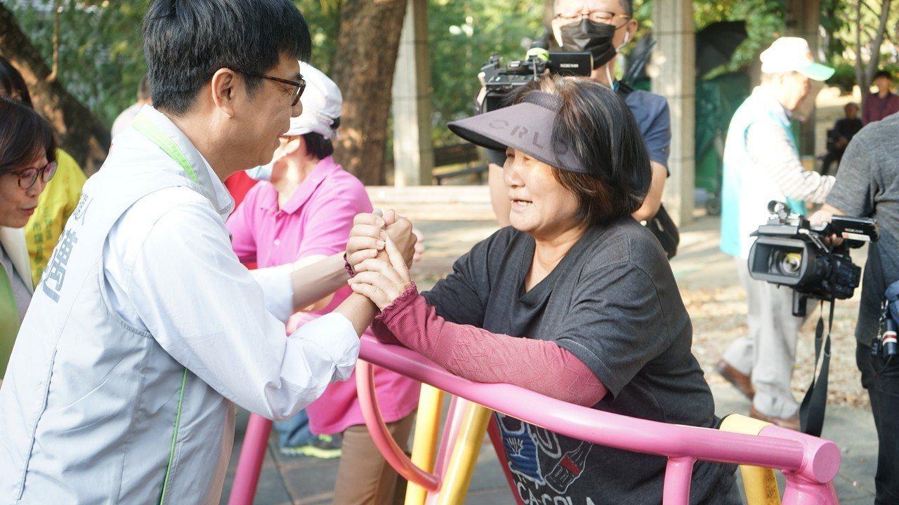 民進黨高雄市長候選人陳其邁,今天清晨到三民公園及松江市場拜票。記者蔡孟妤/攝影