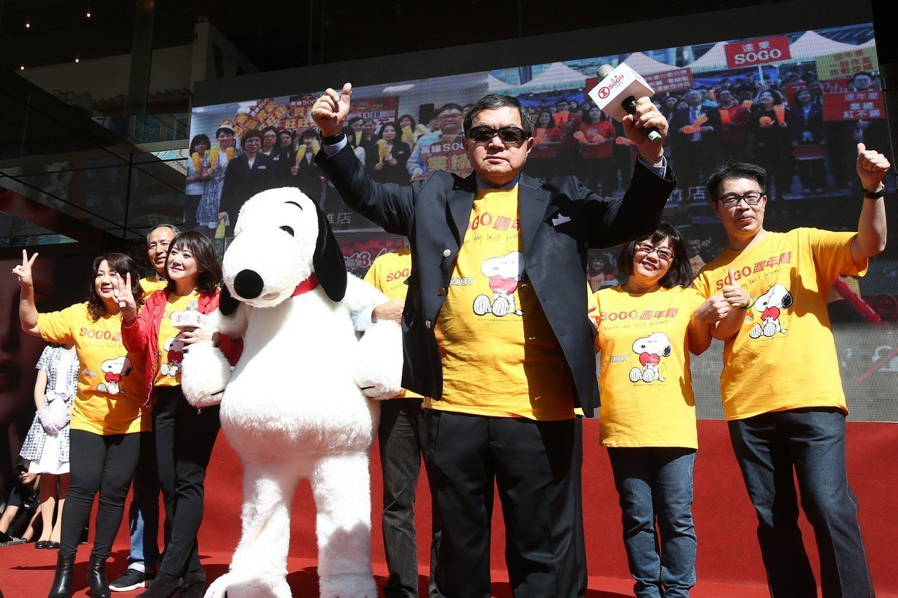 遠東集團董事長徐旭東(中)與SOGO百貨董事長黃晴雯帶領經營團隊,替SOGO的3...