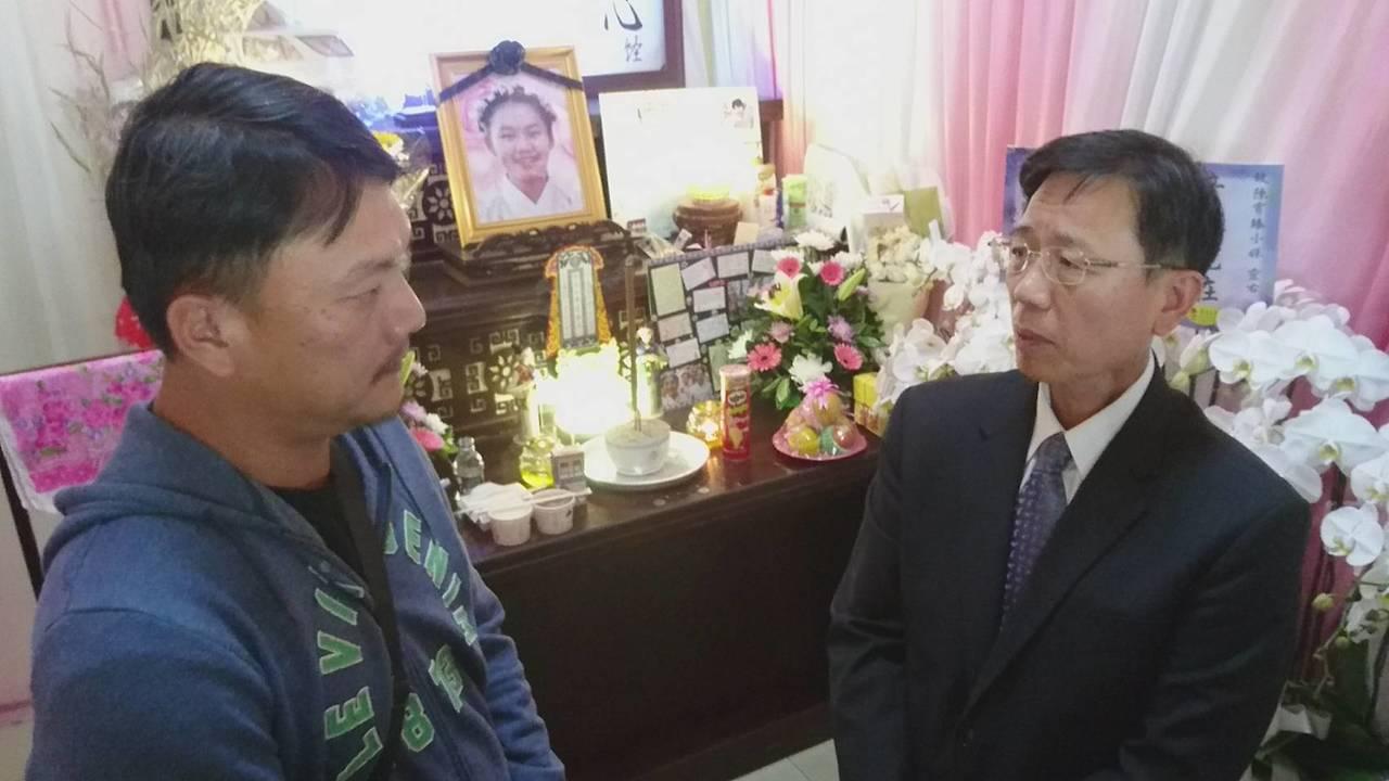 台鐵局長張政源(右)今天上午到台東弔唁普悠瑪事故的罹難者,並慰問死者家屬。記者羅...