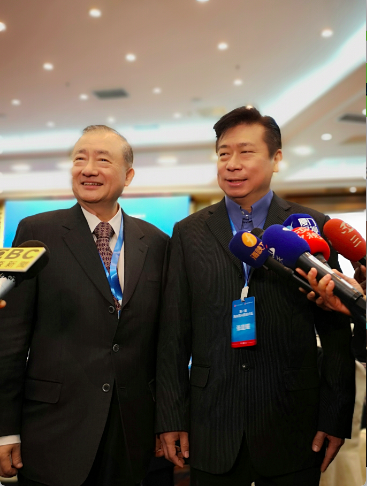 兩岸圓桌論壇協會理事長張顯耀(右)、總召集人尹啟銘(左),上午在北京表示,中共將...