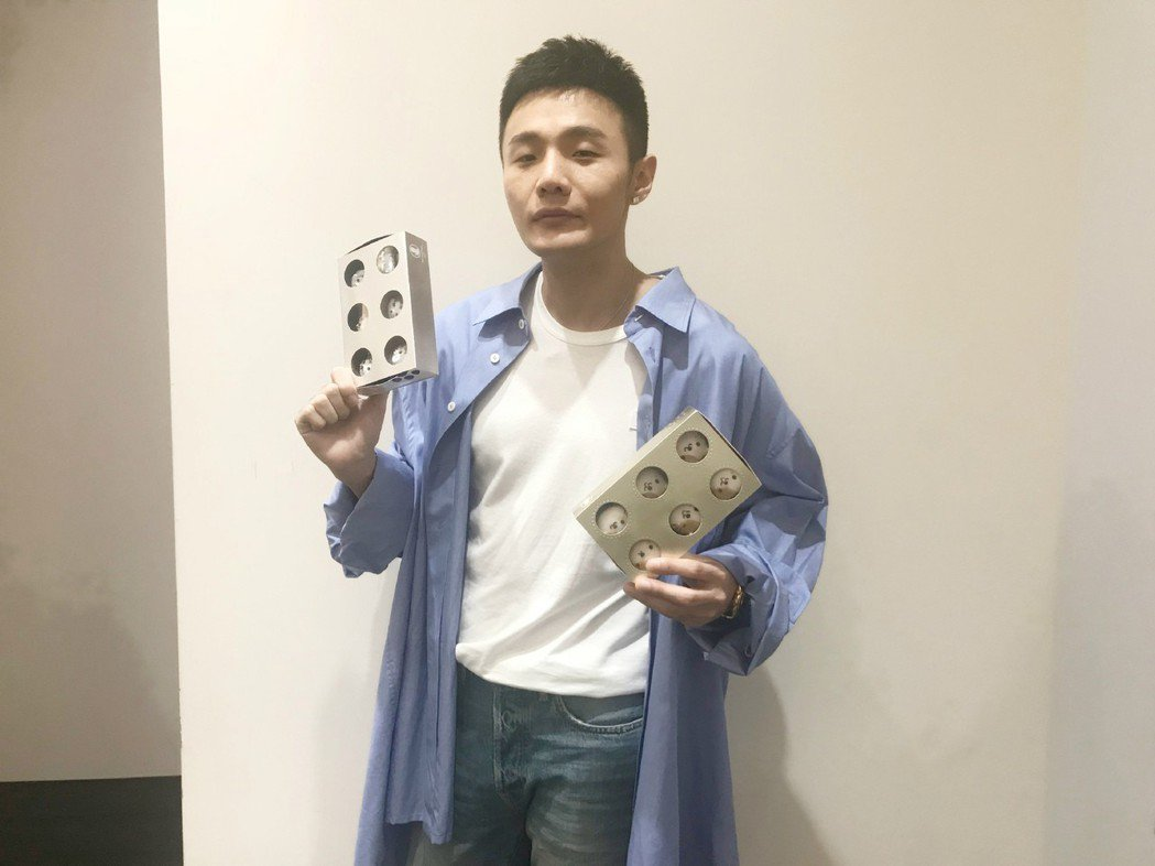 李榮浩賣力推廣公益義賣禮盒。圖/愛最大公益平台提供