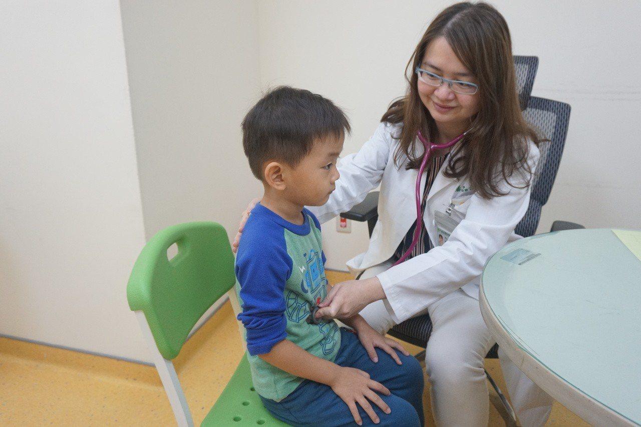 童綜合醫院兒童醫學部醫師潘品合檢查小朋友狀況(非個案)。圖/童綜合醫院提供