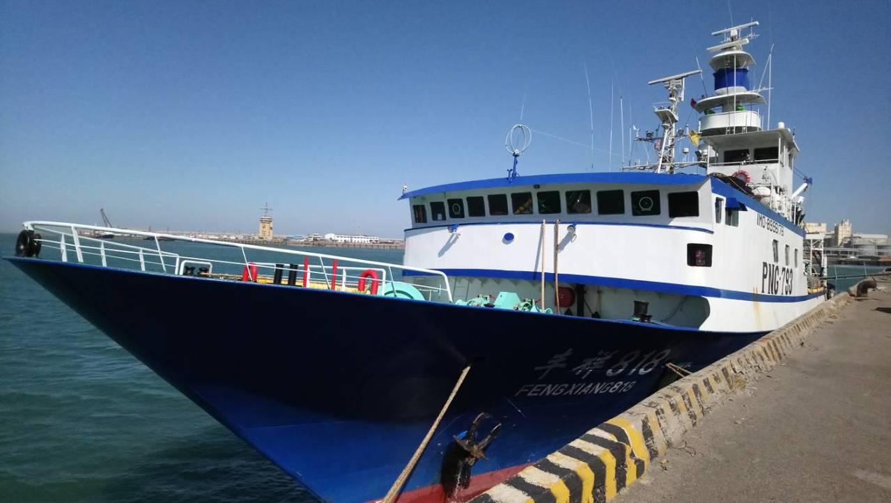 大陸籍「豐祥818」漁船因風浪過大,且船況不佳,前天申請進入台中港避風。記者余采...