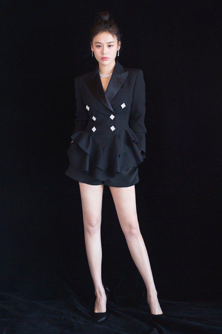 馬思純混搭Alessandra Rich的荷葉邊收腰西裝外套、3.1 Phill...