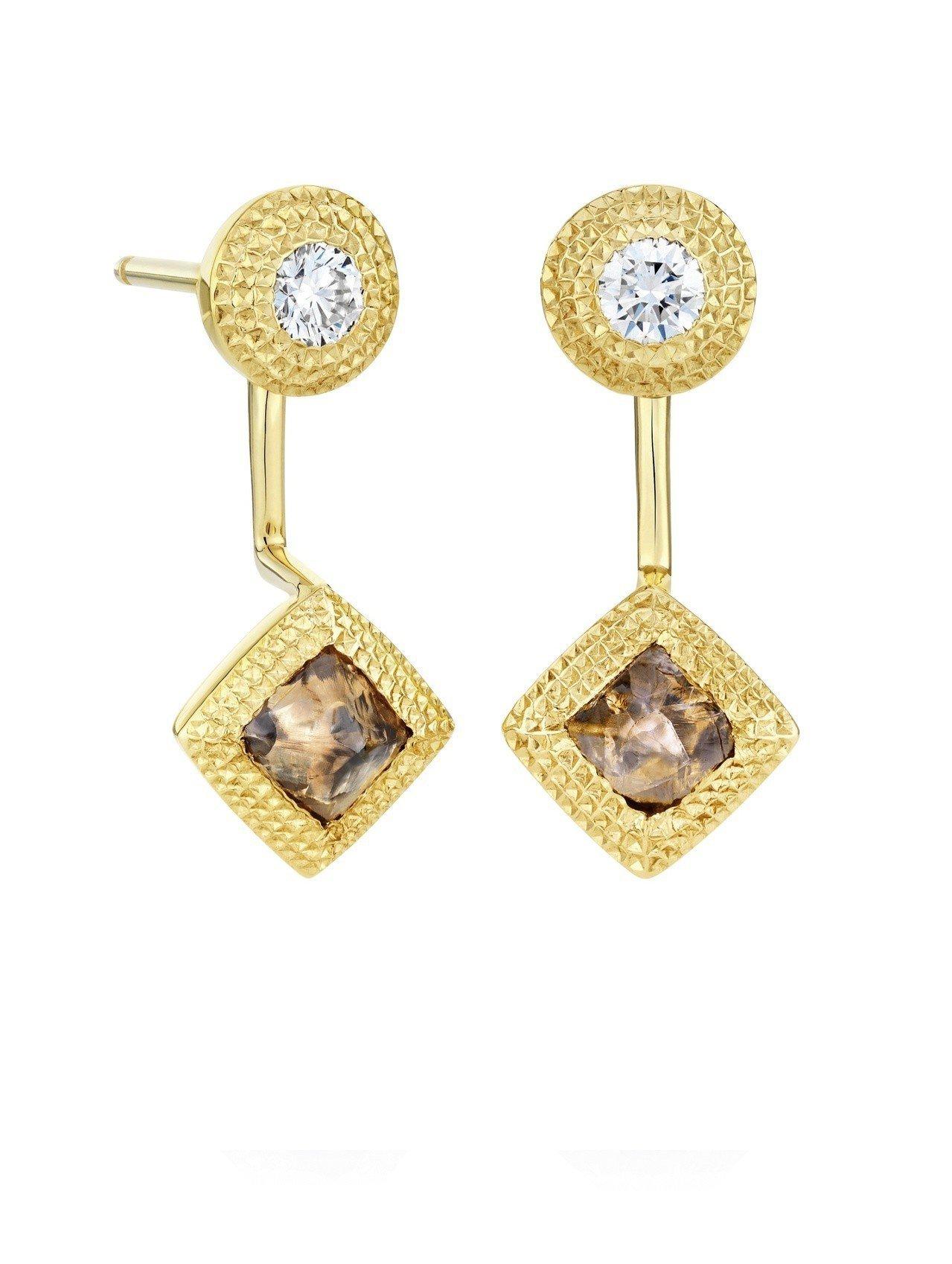 李沁配戴的De Beers Talisman 可拆卸式18K黃金鑽石耳環,共鑲嵌...