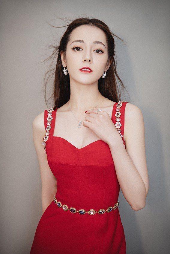迪麗熱巴身穿Dolce & Gabbana禮服配戴MIKIMOTO珠寶出席第12...