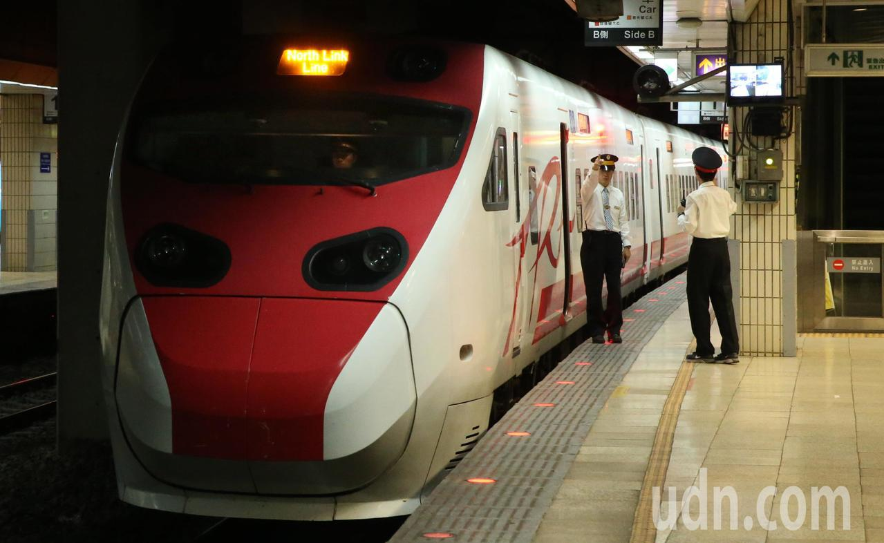 交通部長吳宏謀今在上午記者會宣布台鐵太魯閣、普悠瑪(新自強號)明起暫採雙駕駛。聯...