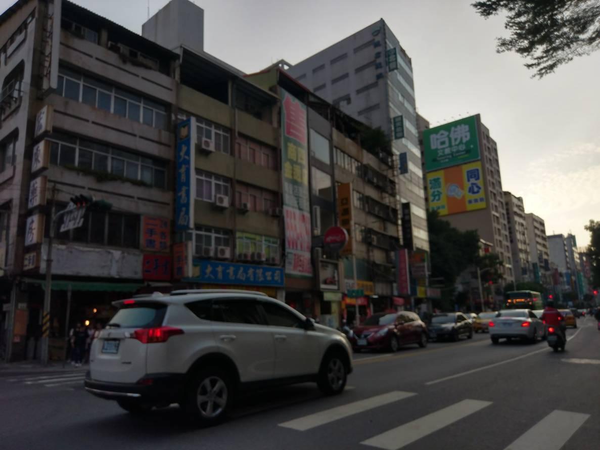 高雄市在熱鬧的市區仍處處可見租與售的廣告看板。記者謝梅芬/攝影