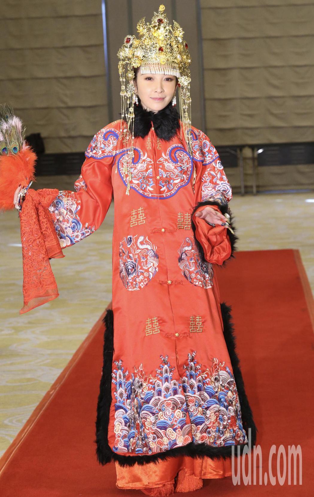 藝人許維恩加盟新東家,以古典嫁衣裳出場,象徵嫁入新公司。記者許正宏/攝影