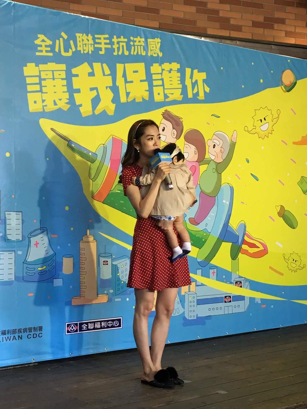 楊千霈為了抱娃寶換穿平底鞋。記者李姿瑩/攝影