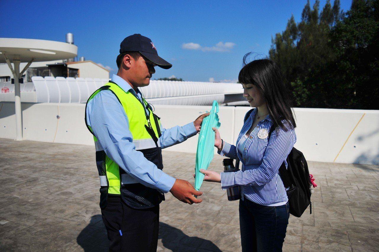 台中市保全公會提供愛心傘供遊客使用。圖/台中市保全公會提供