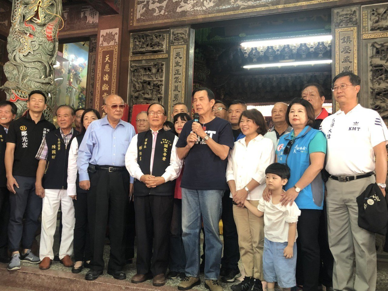 前總統馬英九今天下午陪國民黨嘉義市長候選人黃敏惠及議員候選人車隊掃街,這是馬英九...