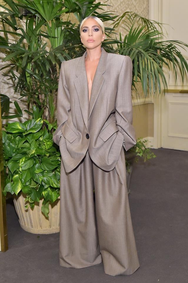 女神卡卡身穿Marc Jacobs 2019春夏西裝褲裝來象徵女性拿回選擇裙裝之...