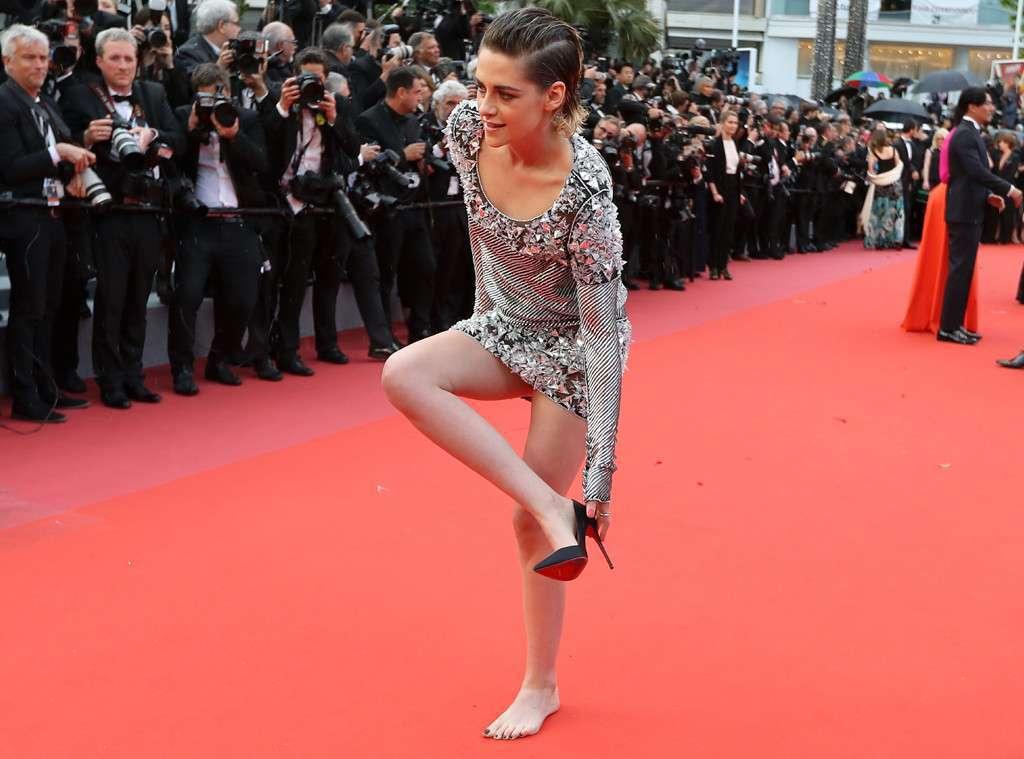 克莉絲汀史都華在今年的坎城影展紅毯上當眾脫掉高跟鞋。圖/摘自eonline.co...