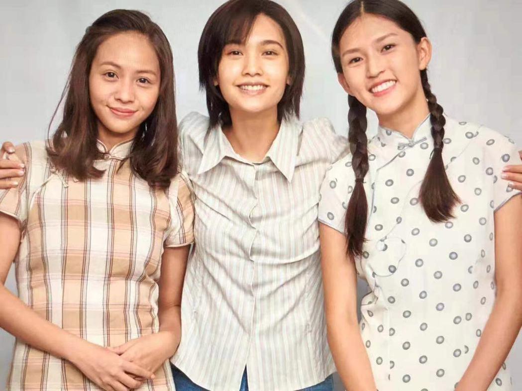 瓊瑤曝光黃姵嘉(左起)、楊丞琳為「握三下,我愛你」的定裝照。圖/摘自臉書
