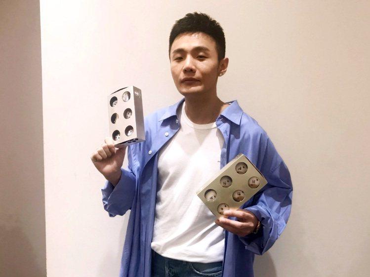 認養流浪貓的李榮浩也加入宣傳毛孩慈善活動。圖/Dazzling Cafe提供