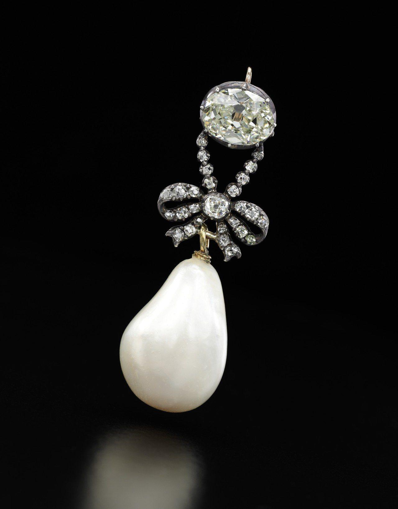 領拍的瑪麗安東妮的天然珍珠配鑽石吊墜,除了名人加持,如此尺寸的天然珍珠亦相當罕見...