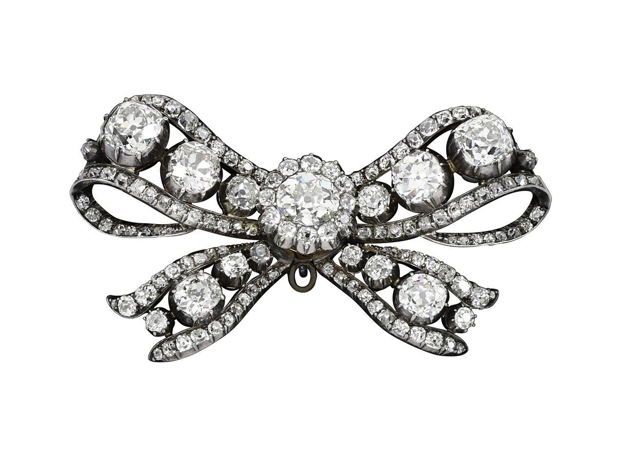 18 世紀蝴蝶結造型鑽石別針,最初由瑪麗安東妮之母(神聖羅馬帝國皇后瑪麗亞特蕾莎...