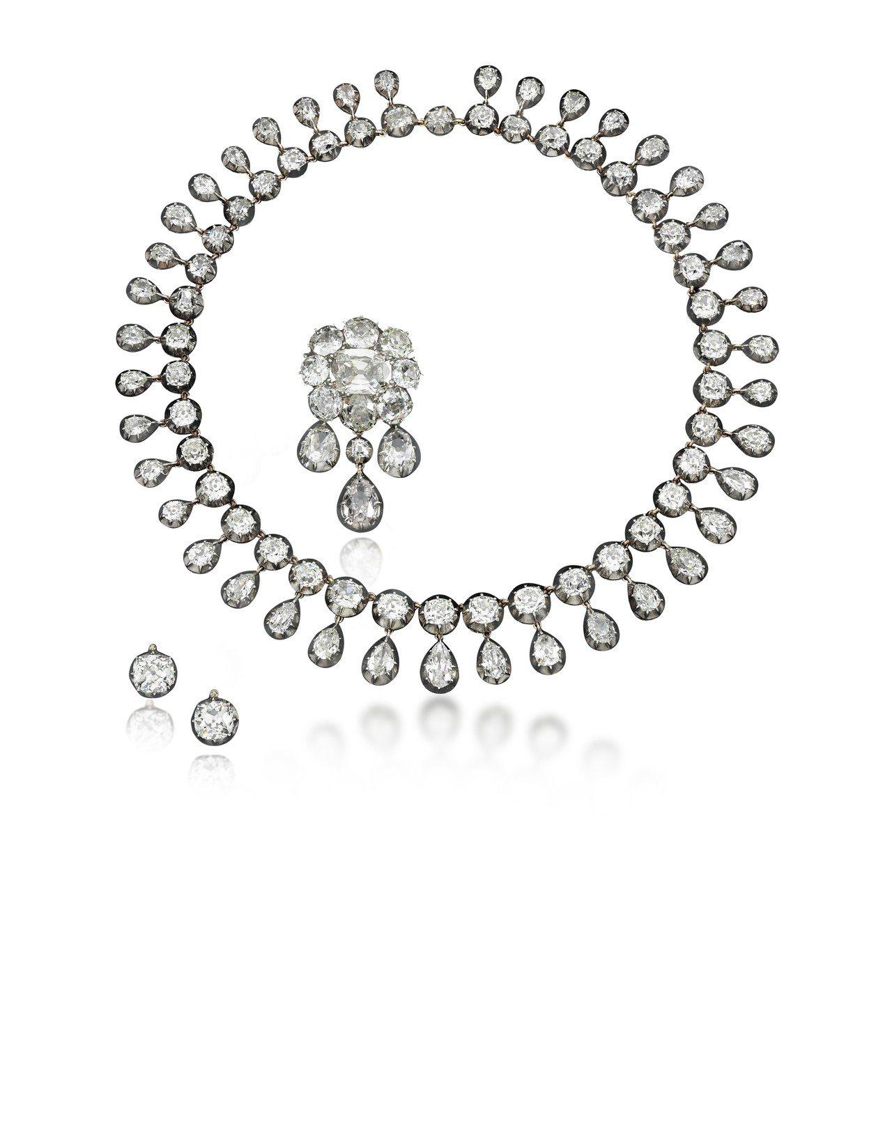 鑽石項鍊套組,上面的鑽石分別來瑪麗安東妮及法王查理十世,估價約 929萬元。圖/...