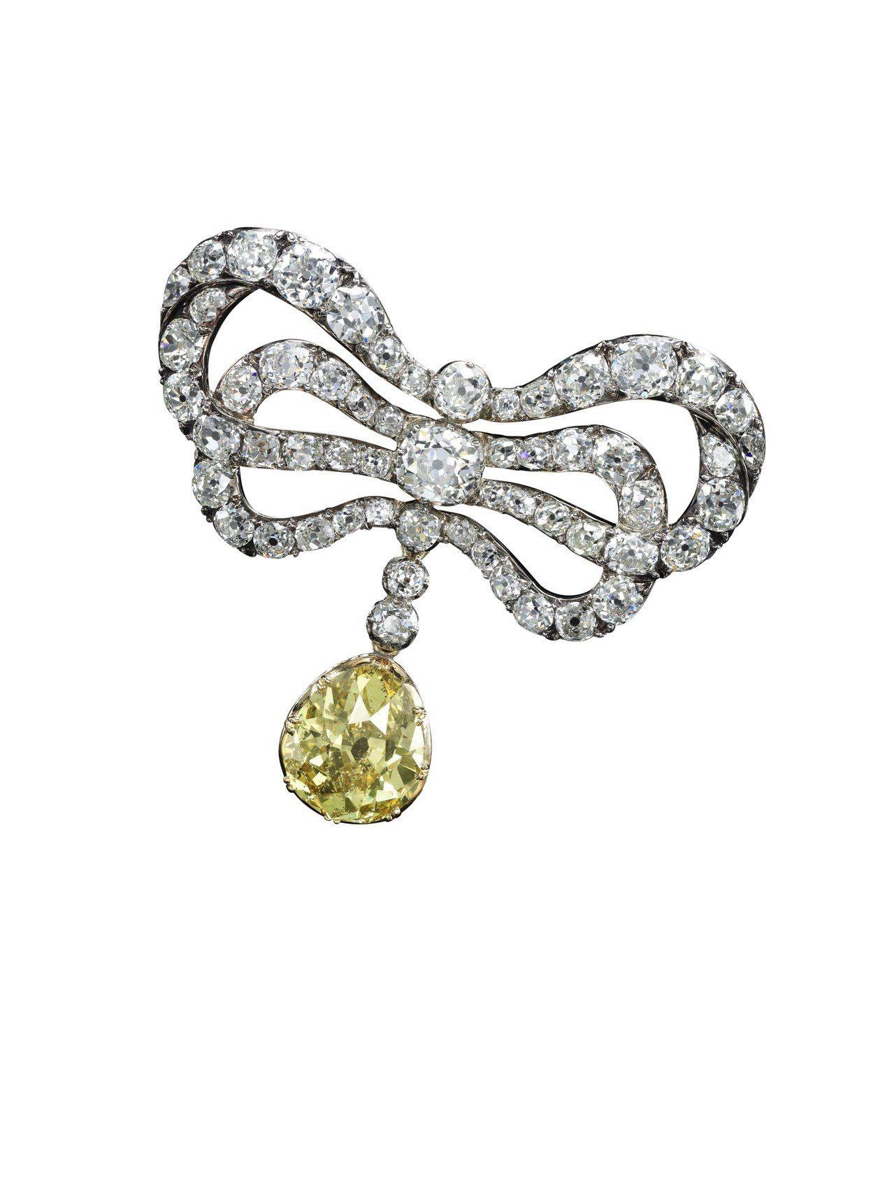18 世紀末鑽石別針,雙蝴蝶結部分為瑪麗安東妮的舊藏,黃鑽吊墜是後人加飾,估價約...