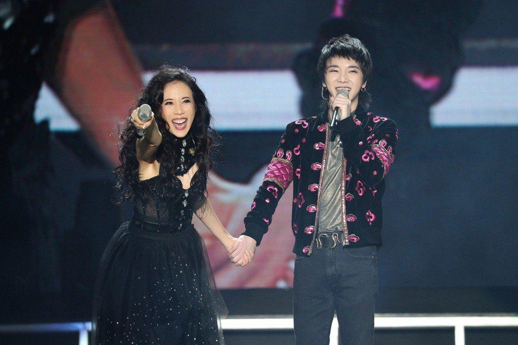 莫文蔚(左)邀請華晨宇擔任嘉賓。圖/索尼音樂提供