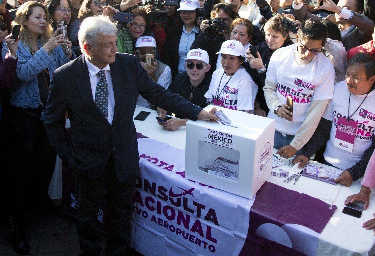 墨西哥候任總統羅培茲25日在墨西哥市,為首都新機場的未來投票。(美聯社)